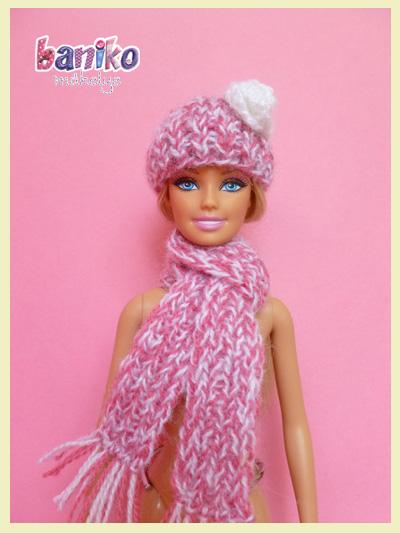 feher rozsas kotott Barbie sapka es sal